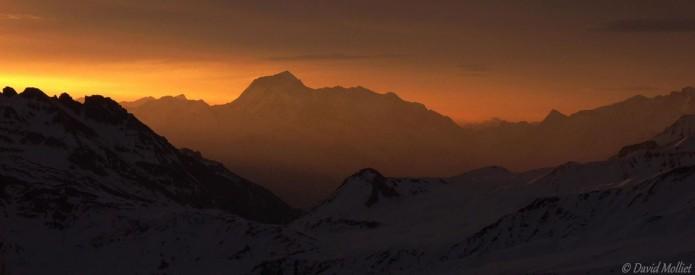 Lever de soleil sur la tarentaise en montant au Grand mont pour l'étape du samedi de la PierraMenta