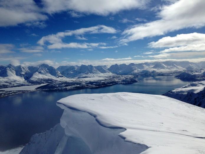 Sommet Ullstinden en face des Alpes de Lyngen
